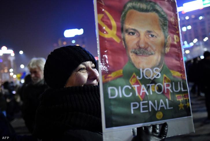 Liviu Dragnea Sztálinra hajazó arcképe egy tüntető kezében, az egyik százezres, kormányellenes megmozduláson Bukarestben, az év elején.