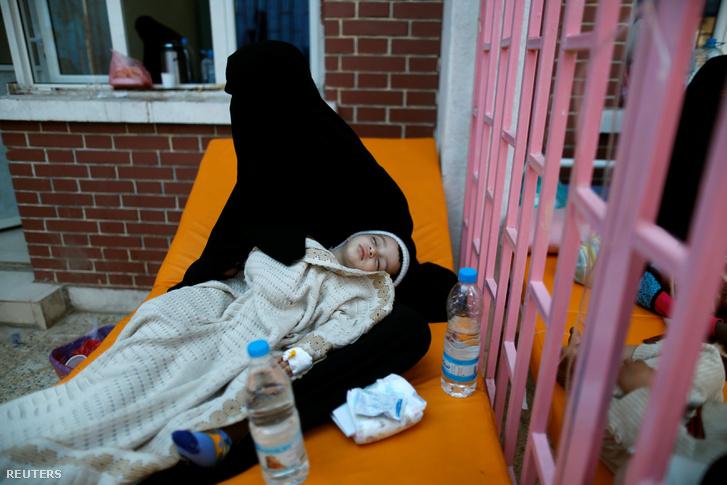 Kolera-gyanús fiát tartja kezében egy anya egy szanaa-i kezelőközpontban.