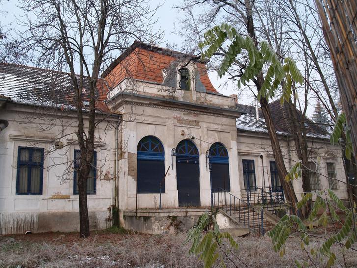 2012-es állapot az Egykor.hu fotóján: a tető egy része ki van cserélve