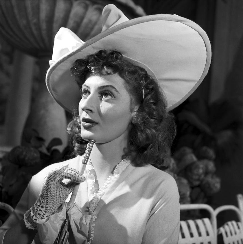 Stázi szerepében Kálmán Imre Csárdáskirálynő című operettjének bemutatóján a Fővárosi Operettszínházban 1954 novemberében.