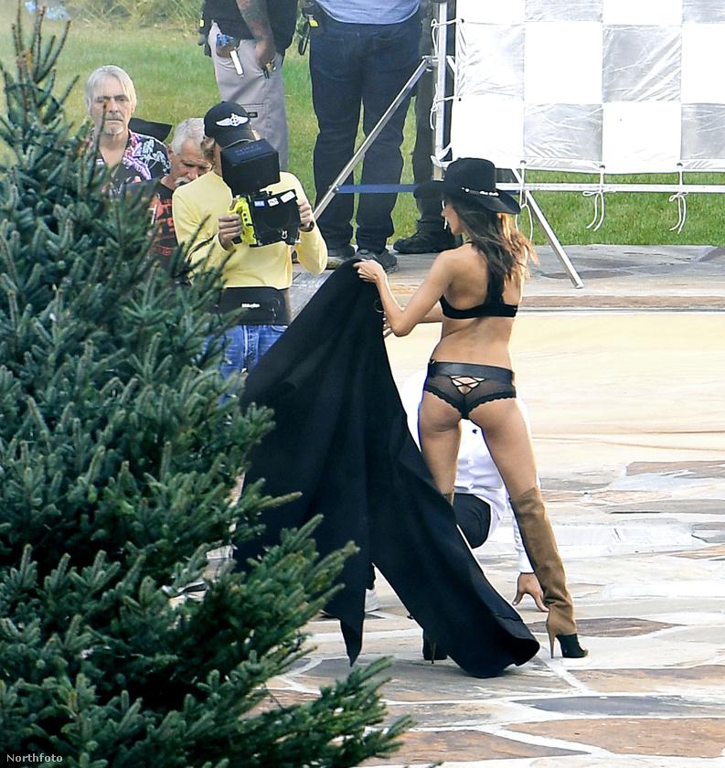 A közelmúltban már pedzegettük, hogy a Victoria's Secret modelljeinek élete annyiratalán mégsem egyszerű, de most kaptunk róluk néhány újabb fotót, amelyek alapján nekünk úgy tűnik, esetenként, kimondottan nevetséges egy ilyen fotózás.Persze biztos csak nekünk, a kívülállóknak, akik inkább ahhoz vagyunk szokva, hogy mindenki fülesben ül körülöttünk, a legmozgalmasabb esemény, ha többen próbáljuk megfejteni, miért nem kapcsol be egy számítógép - legfeljebb néha a kultrovat ordibál egy kicsit.