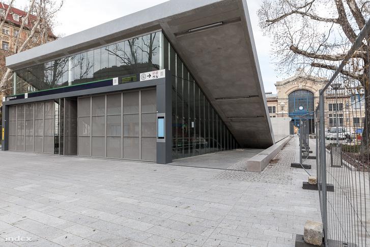 A megálló épülete még az átadás előtt - hajléktalanmentesítő csövek nélkül