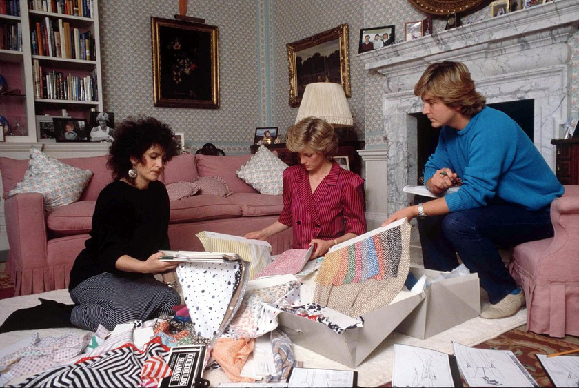 Diana hercegnő a nappalijában: épp az Emanuel házaspárral beszéli meg az új ruhaterveinek részleteit. Ők tervezték egyébként Lady Di ikonikus menyasszonyi ruháját is.