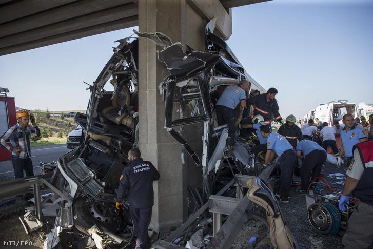 Tűzoltók vizsgálják az Ankarában történt buszbalesetben megrongálódott jármű roncsát