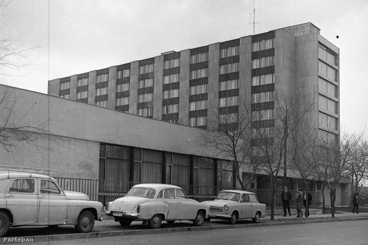 A Maglódi út 24. a Venyige utca felől. 1980-ban még munkásszállóként üzemelt, ma börtön