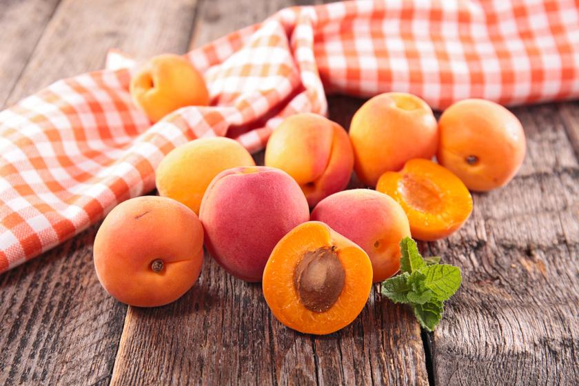 A sárgabarack tele van oldható rostokkal, így segít elnyújtani a jóllakottságot és hasról fogyni. Mint a legtöbb narancssárga növényben, ebben is sok a vízhajtó kálium.