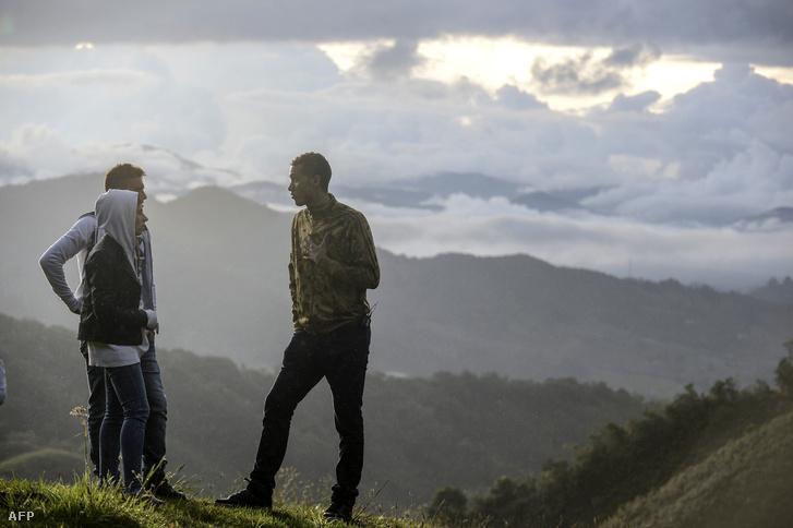 Alan Ruschel (balra) feleségével és Helio Neto (jobbra) idén augusztusban a baleset helyszínére visszatérve