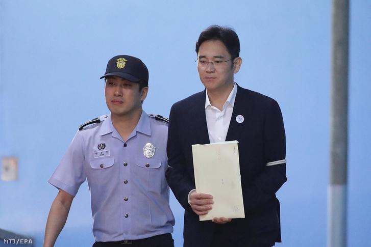 Li Dzse Jongot kíséri egy rendőr perének ítélthirdetése után egy szöuli kerületi bíróságon 2017. augusztus 25-én.