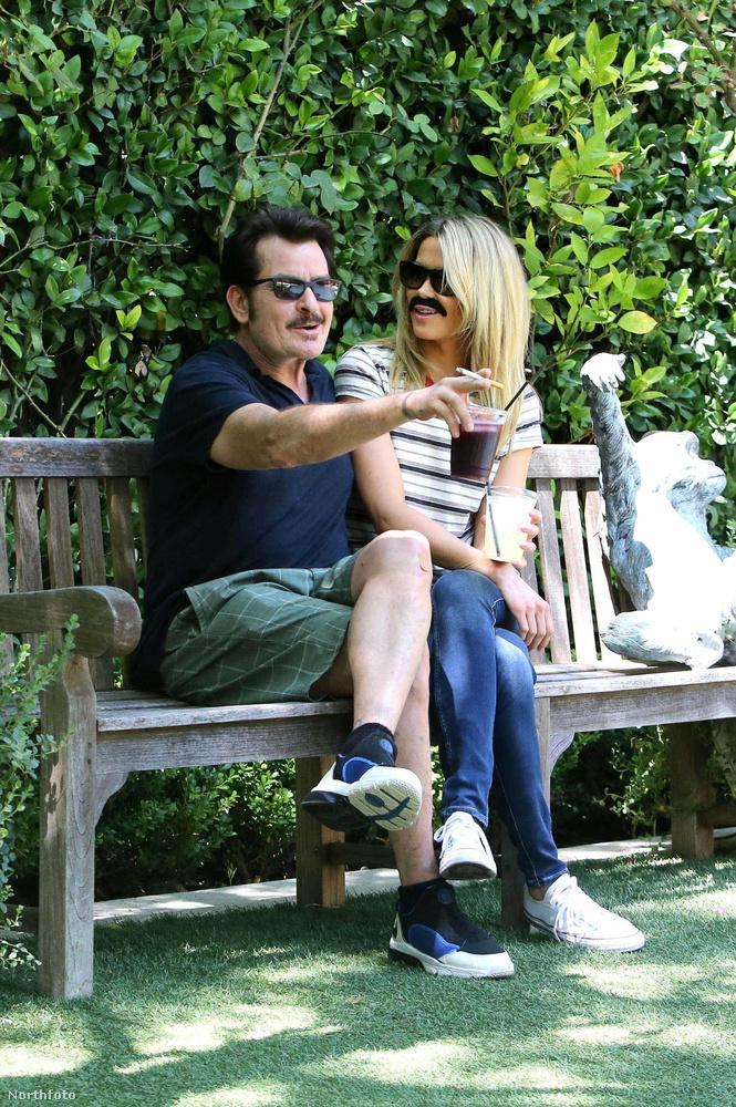 Charlie Sheen barátnőjét, Julia Stamblert nem zavarja, hogy a színész HIV-pozitív, és most még az is kiderült róla, hogy kiváló humorérzékkel bír