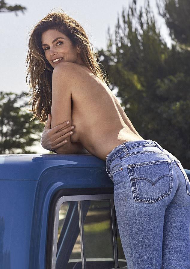 A kilencvenes években Cindy tette népszerűvé ezt az úgynevezett mom jeans - azaz anyunadrág - farmert, így érthető, hogy ez lett a kollekció központi darabja.
