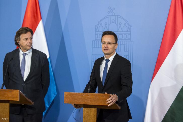 Szijjártó Péter külgazdasági és külügyminiszter és Bert Koenders holland külügyminiszter sajtótájékoztatót tart a Külgazdasági és Külügyminisztériumban 2016. október 4-én.