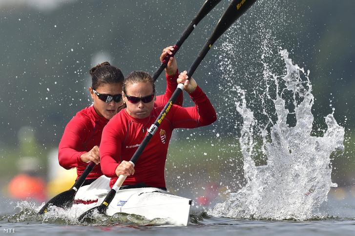 Hagymási Réka (elöl) és Szabó Ágnes a női kajak párosok 200 méteres versenyének előfutamában