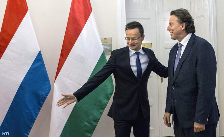 Szijjártó Péter külgazdasági és külügyminiszter (b) fogadja Bert Koenders holland külügyminisztert a Külgazdasági és Külügyminisztériumban 2016. október 4-én.