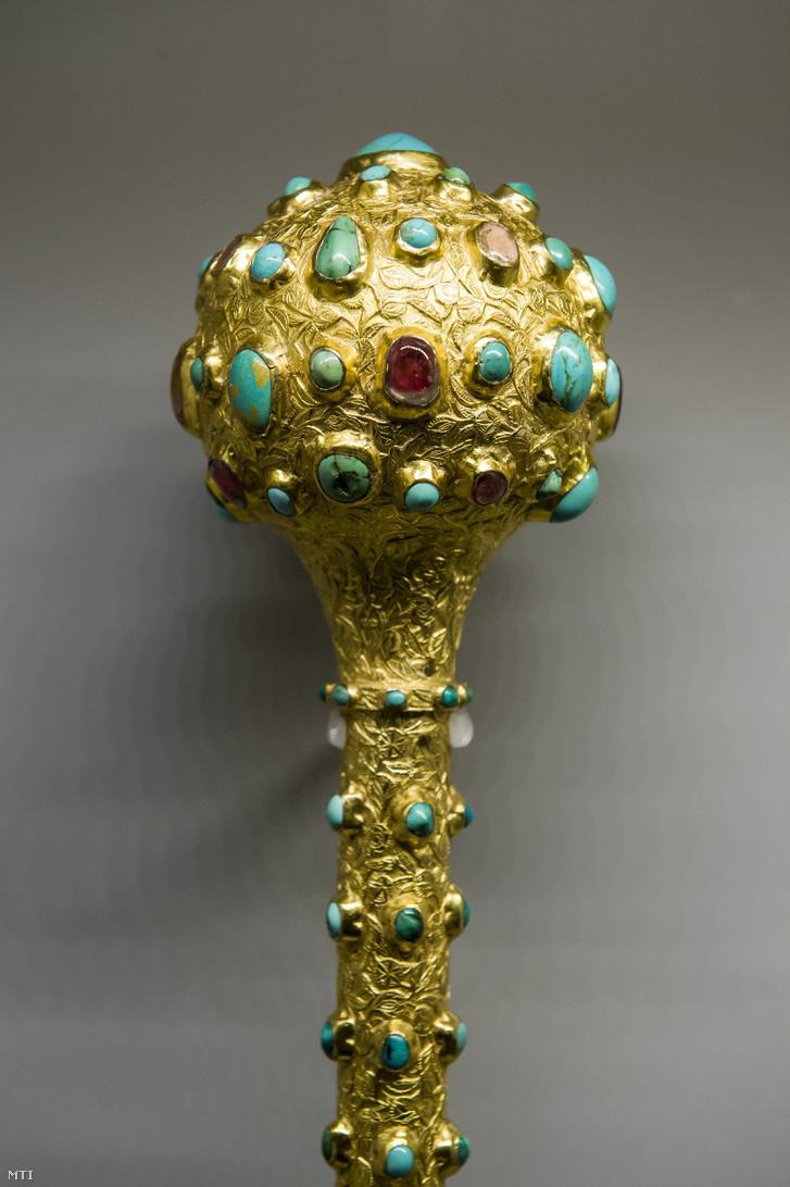 Oszmán-török díszbuzogány az Acél és arany oszmán fegyverkincsek az Iparművészeti Múzeum és a Dobó István Vármúzeum gyűjteményéből című kiállításon az egri vármúzeumban