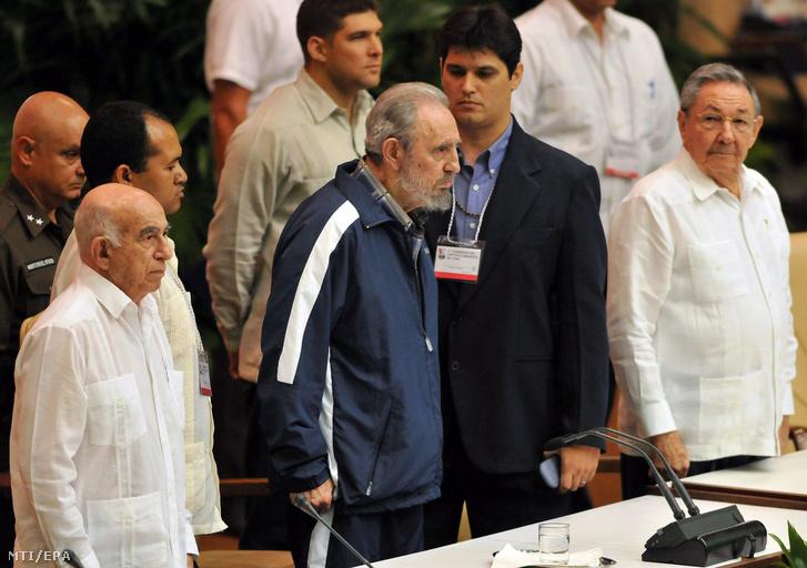 Fidel Castro volt kubai elnök (k) és öccse Raúl Castro kubai elnök (j) Kubai Kommunista Párt VI. kongresszusának záróülésén 2011. április 19-én