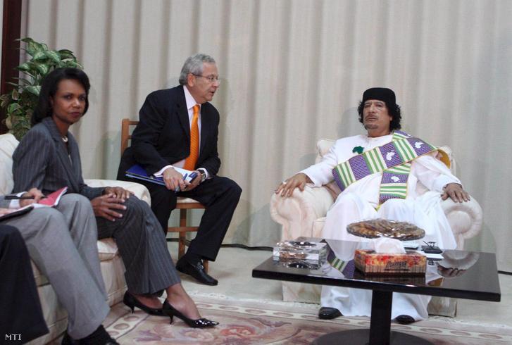 Condoleezza Rice amerikai külügyminisztert (b) fogadja Moammer el-Kadhafi líbiai vezető (j) Tripoliban 2008. szeptember 5-én. Rice személyében 1953 óta az első egyesült államokbeli külügyminiszter látogatott Líbiába