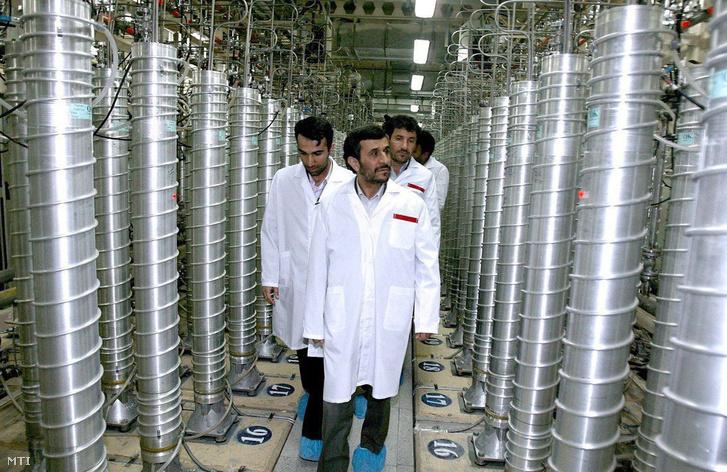 Irán natanzi kísérleti nukleáris üzemét látogatja Mahmúd Ahmadinezsád iráni elnök (k) 2008. április 8-án, miután az Irán középső részén lévő föld alatti urándúsító létesítményben működő csaknem 3000 centrifuga mellé további 6000 beszerelését kezdték meg.