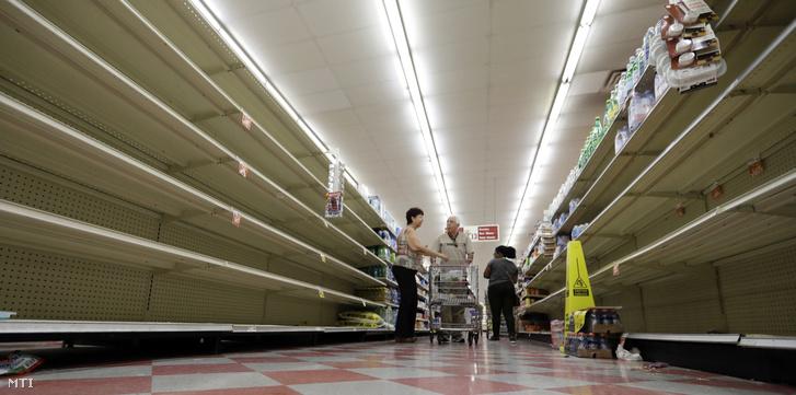 A közelgő vihar miatt teljesen kiürült ásványvizes polcok a Texas állambeli Houston egyik üzletében