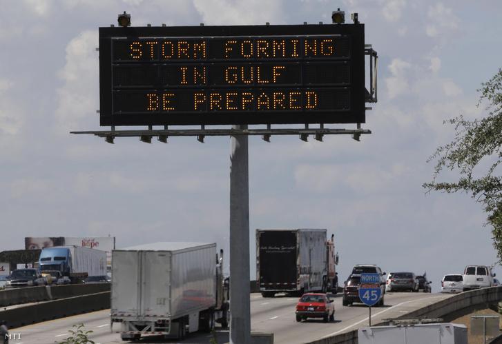 Közelgő viharra figyelmeztető felirat egy autópálya mentén a Texas állambeli Houstonban 2017. augusztus 24-én.