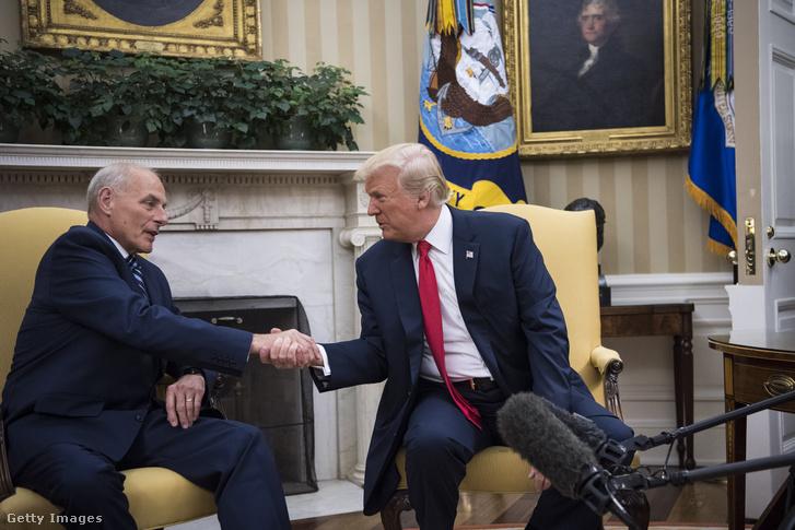 Donald Trump amerikai elnök (b) és John Kelly belbiztonsági miniszter