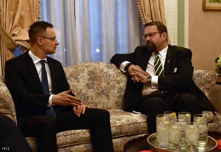 Szijjártó Péter külgazdasági és külügyminiszter (b) megbeszélését folytat Gorka Sebestyén elnöki külügyi és nemzetbiztonsági tanácsossal Washingtonban 2017. március 21-én.