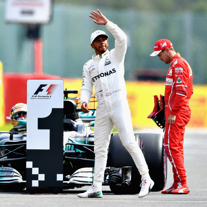 Lewis Hamilton integet a Belga Nagydíjon, 2017. augusztus 27-én.