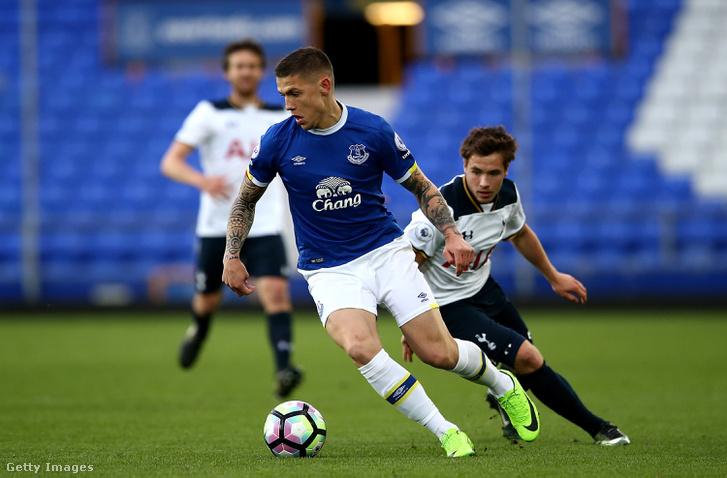 Az Everton középpályása, Besic, csapata tavaszi, Tottenham elleni mérkőzésén