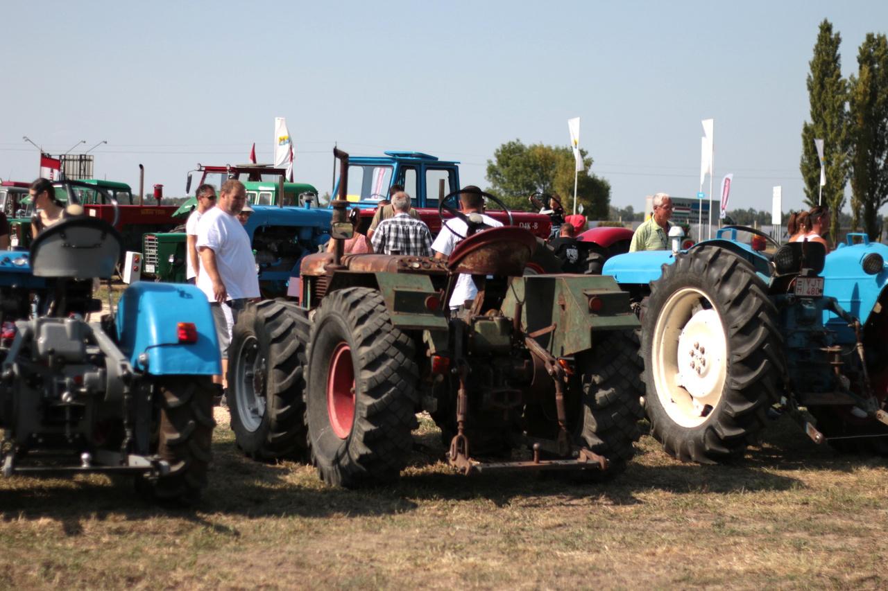 Traktorral buliba menni? Igenis, menő!