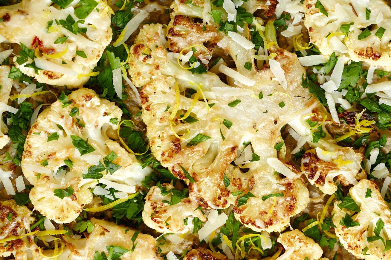 Parmezános karfiolsteak: laktat, fogyaszt és tele van rostokkal - 30 perc és kész