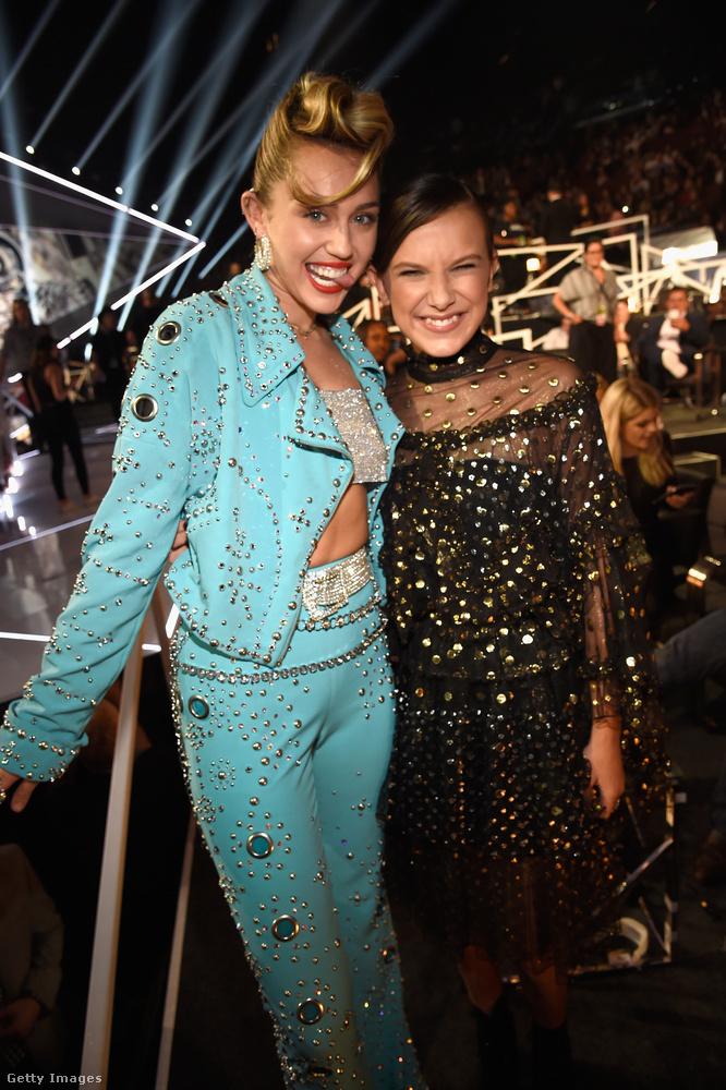 És most valami könnyedebb: Miley Cyrus is ott volt, előadta a legutóbbi dalát, és sokakkal barátkozott