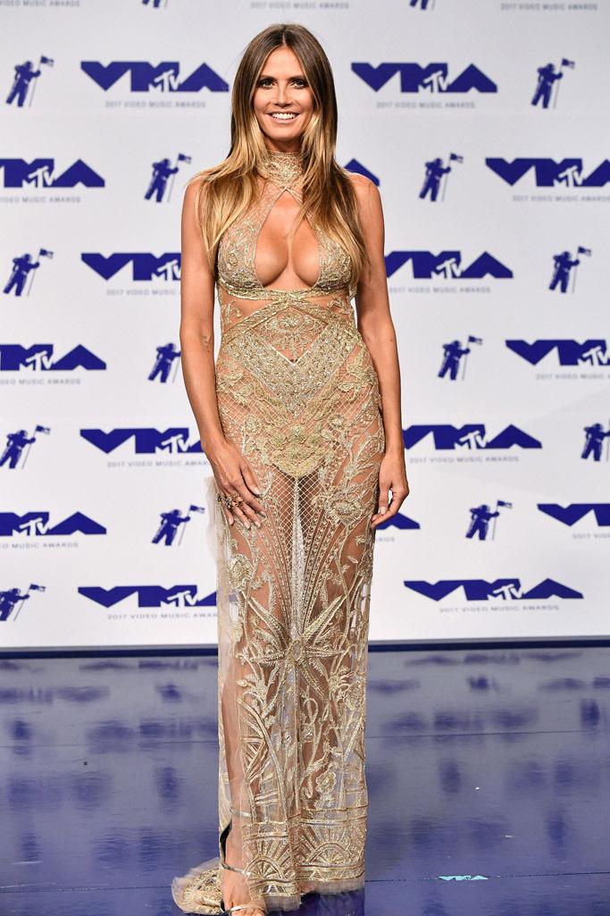 Heidi Klum teste még mindig tökéletes, így nem csoda, hogy ezt a merész estélyit is be merte vállalni.