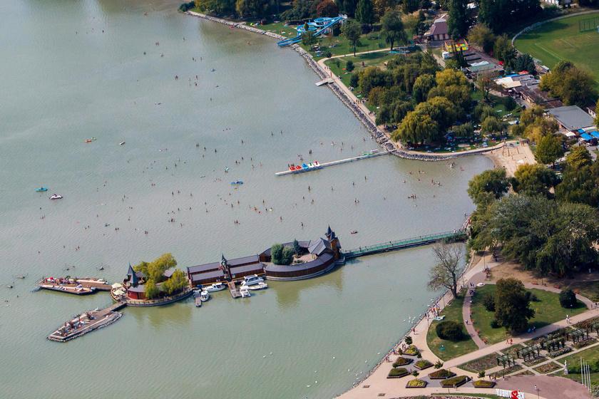A Balatont Keszthelynél fényképezte le a levegőből az MTI fotósa.