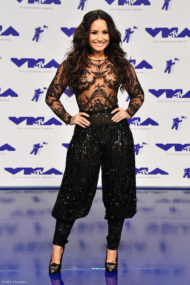 Demi Lovato énekesnő egyrészt vendég volt, másrészt fellépett, harmadrészt átlátszó felsőrészű furanadrágot vett fel, mint azt itt láthatják.