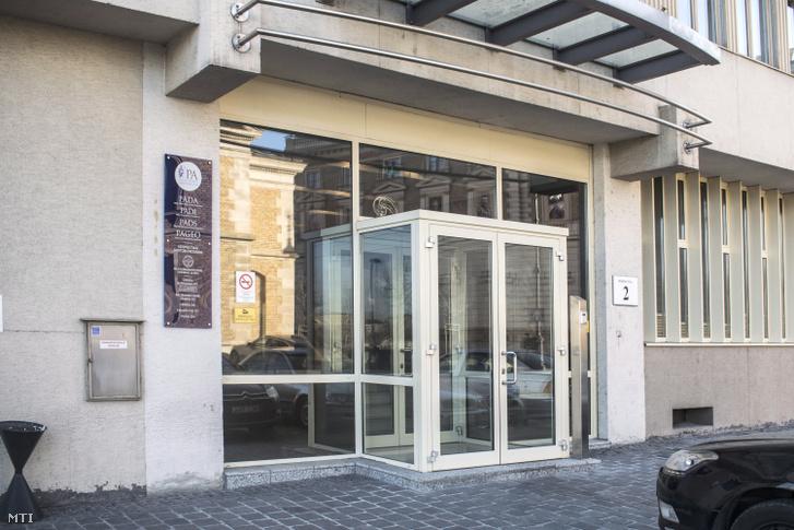 A Pallas Athéné Domus Animae Alapítvány és több alapítvány székházának főbejárata az I. kerület Döbrentei utcában