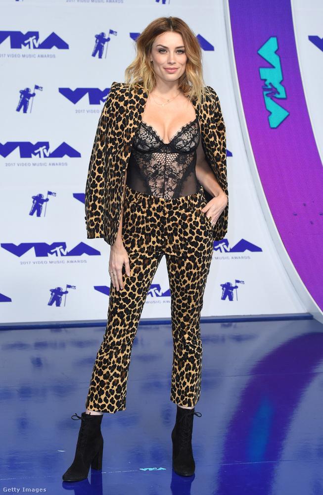 Azért jó, hogy ezt a szettet Arielle Vandenberg modell-színésznőtől a legtöbb újság és blogger beválasztotta a legrosszabbak közé, mert így legalább nem érhet minket a vád, hogy azért cikizzük, mert utáljuk a leopárdmintát