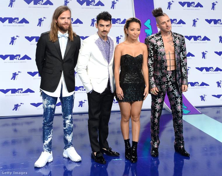 Ezen az utolsó képen balról a második Joe Jonas, a többiek pedig állandó zenekara, a DNCE