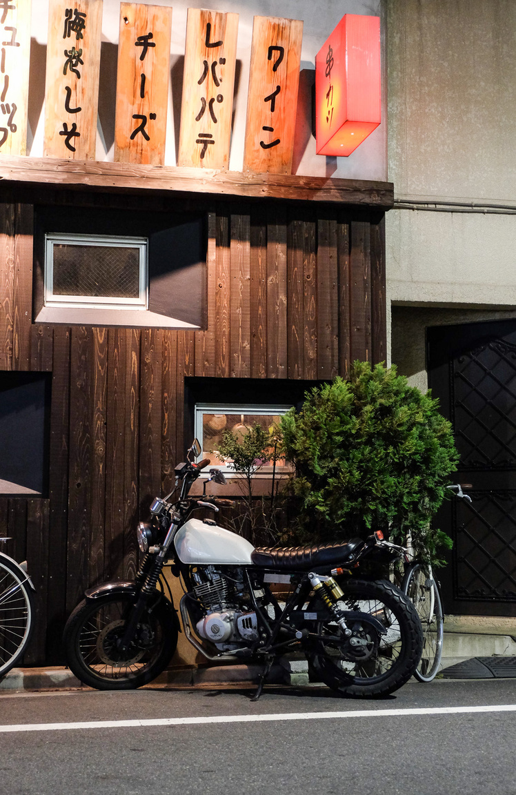 Stílusos Suzuki café racer erősen Nishi-Nippori-jellegű tájban