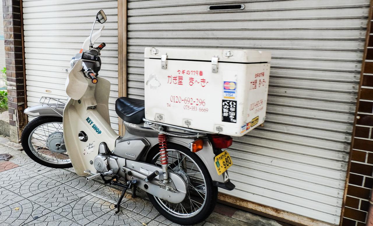 Ekkora kamionfelépítménnyel is közlekednek Supercubok arrafelé. Zách Dani kérdése - mit csinál ez a motoros nagy szélben? A nagy szelet Japánban úgy hívják: tájfun. Olyankor nem motorozik az ember...