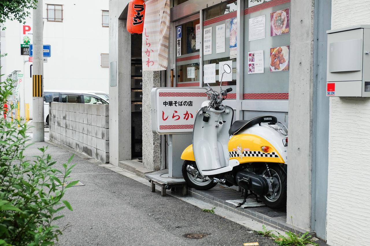 Adott a sárga-fehér Yamaha Vino, logikus, hogy a gazdi kockás csíkot húz a két oldalára, hiszen így mindjárt ki is adja a New York-i taxit