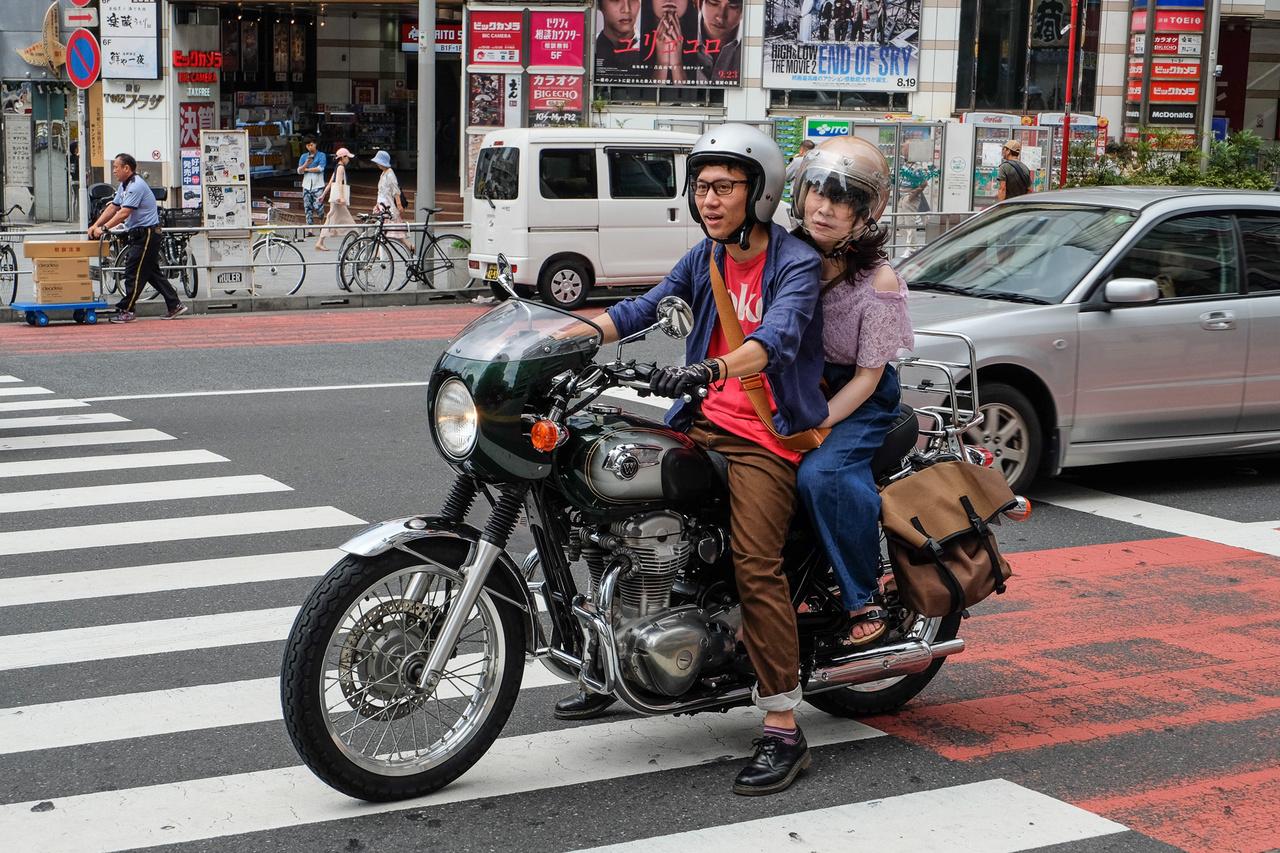 Ez a gyönyörűség a W betűvel a tankján egy spécizett Kawasaki W800. Érdekes, hogy a pár nem öltözött a motorhoz, holott az ilyet a japánok elég komolyan szokták venni