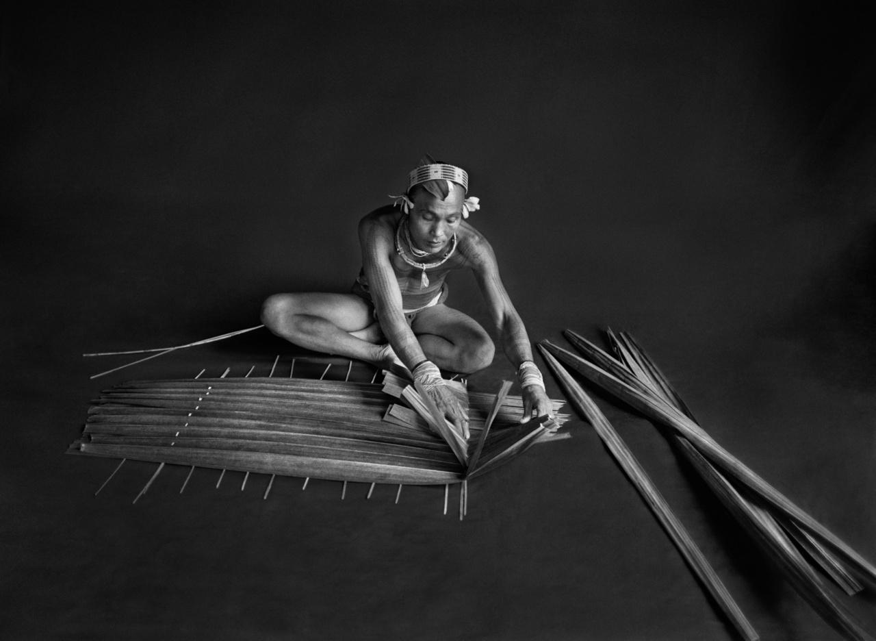 Teureum, a mentawai törzs sámánja (sikerei) és főnöke. Ez a sámán a szágó számára készít szűrőt a szágópálma leveleiből. Siberut-sziget, Nyugat-Szumátra, Indonézia, 2008