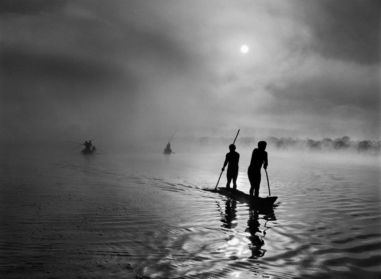 Brazília Mato Grosso államának Felső-Xingu térségében a waura nép a falu közelében lévő Piulaga-tóban halászik. A Felső-Xingu-medence sokféle népnek ad otthont. Brazília, 2005