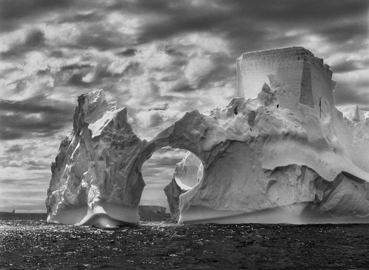 Jéghegy a Paulet-sziget és a déli Shetland-szigetek között a Weddel-tengeren. Antarktiszi-félsziget, 2005