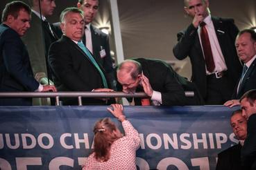 Mindenki furán figyelte a Putyin figyelmét elvonó nőt, aki lehet, hogy csak egy újságíró vagy az elnök stábjának a tagja volt.