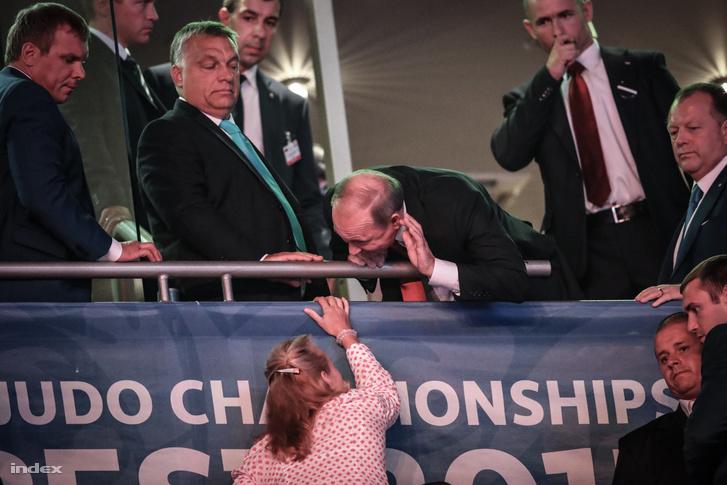 Nap furcsa jelensége volt a Putyin figyelmét elvonó nő. Persze lehet, hogy csak egy újságíró vagy az elnök stábjának a tagja volt.