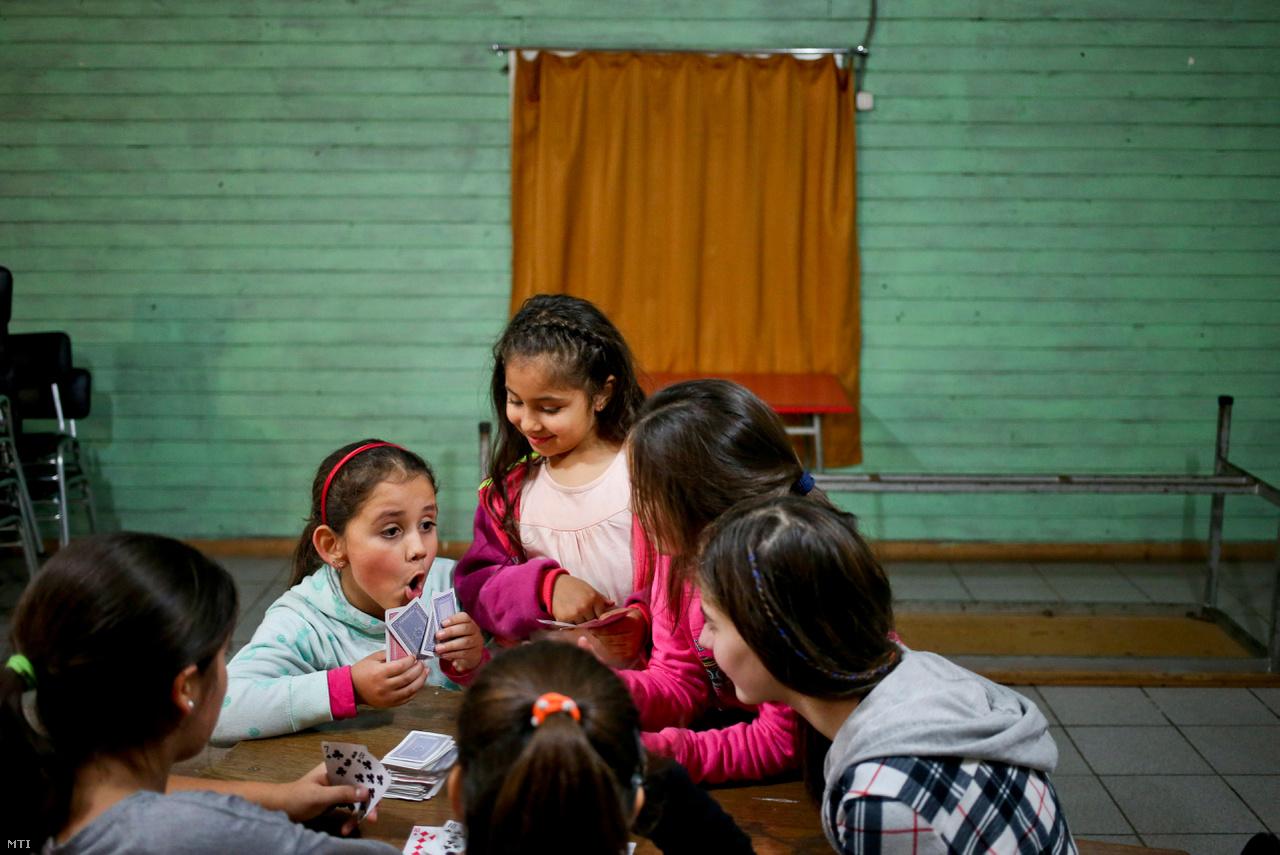A kormányzati intézkedés azt is kimondja, hogy az iskoláknak el kell ismerniük a transz gyerekek nemét. A chilei katolikus iskolák egyesülete azonnal jelezte: intézményeikben nem fogadják el a direktívát. Ezen a fotón a 8 éves, transznemű Selenna játszik a barátaival az osztálytermükben.