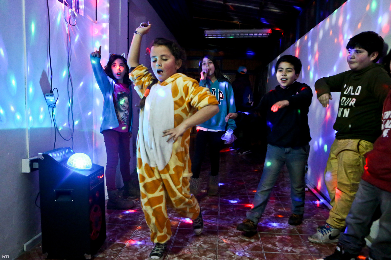 Selenna zsiráfos jelmezben táncol a transznemű emberek jogairól és a nemi identitásról rendezett santiagói fórumon. Chilében egyelőre a felnőtteknek sem engedélyezett a hivatalos név- és nemváltoztatás.