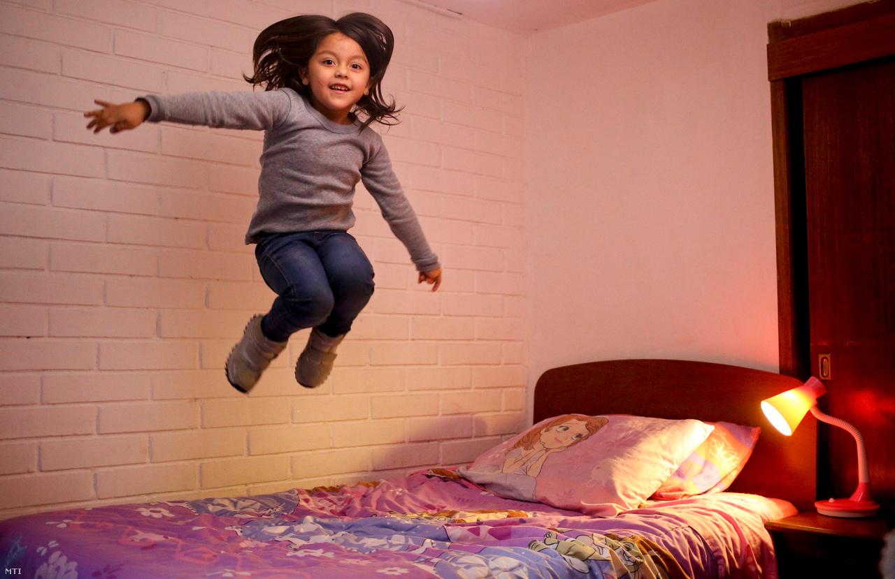 A hatéves Mathilda egy éve vallja magát lánynak, holott fiúnak született. Döntését elfogadják a szülei és tanárai is.