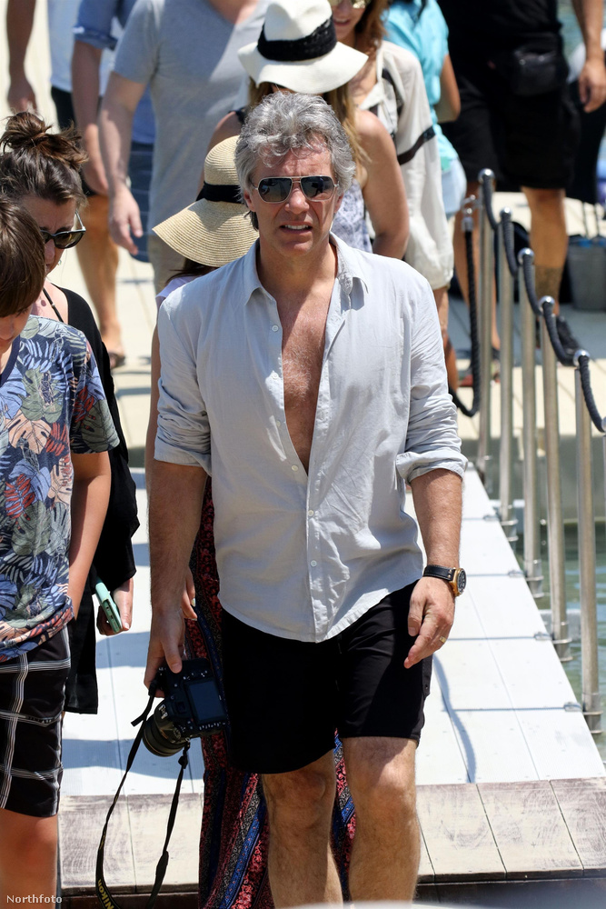De a zenészek is megjegyezték maguknak: itt Bon Jovi szembesül azzal, hogy a parton is süt a nap,