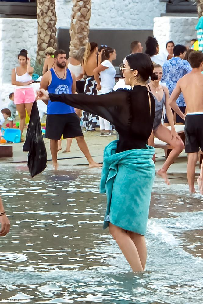 Jenner itt észrevehette, hogy vizes, de nem, baj.
